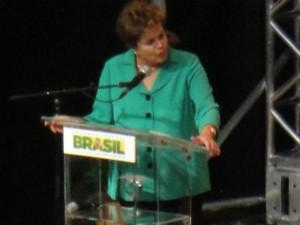 Dilma Rousseff fala em Curitiba (Foto: Bibiana Dionísio/G1)