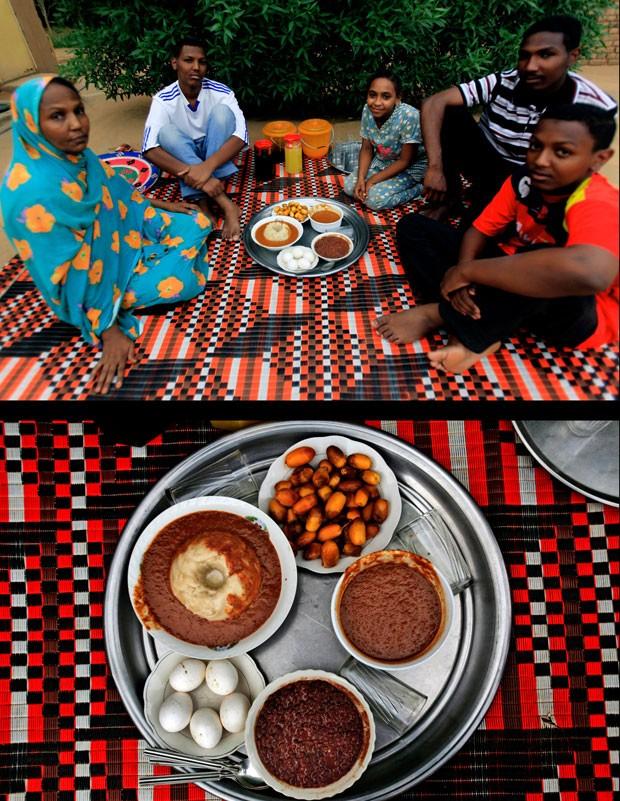 Família sudanesa aguarda a quebra do jejum no Iftar perto da cidade de Khartoum (Foto: Abd Raouf/AP)