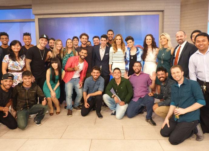 Convidados posam no palco do 'Encontro' após o programa (Foto: Viviane Figueiredo Neto/ Gshow)