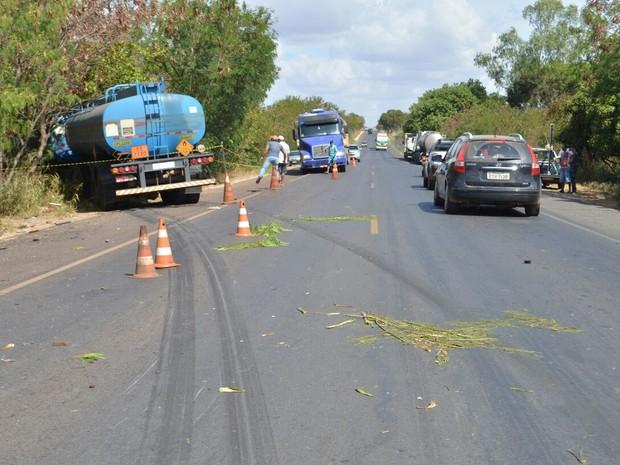 Carreta invadiu contramão e atingiu carro na BR-020, em Luís Eduardo Magalhães (Foto: Weslei Santos/Blog do Sigi Vilares)