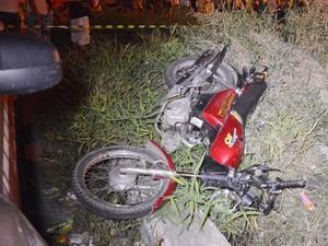 Motoricleta foi arrastada por dezenas de metros pelo trem em Bayeux, na PB (Foto: Walter Paparazzo/G1)