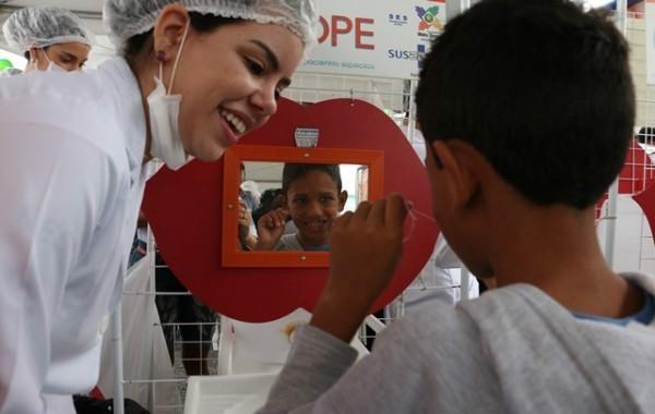 No Pavilhão da Odontologia, as crianças aprenderam a escovar os dentes e aplicaram flúor (Foto: Reprodução/ Sistema Fiemt)