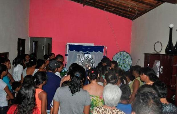 Centenas de pessoas acompanharam enterro de camelô no Piauí (Foto: João Batista Oliveira)