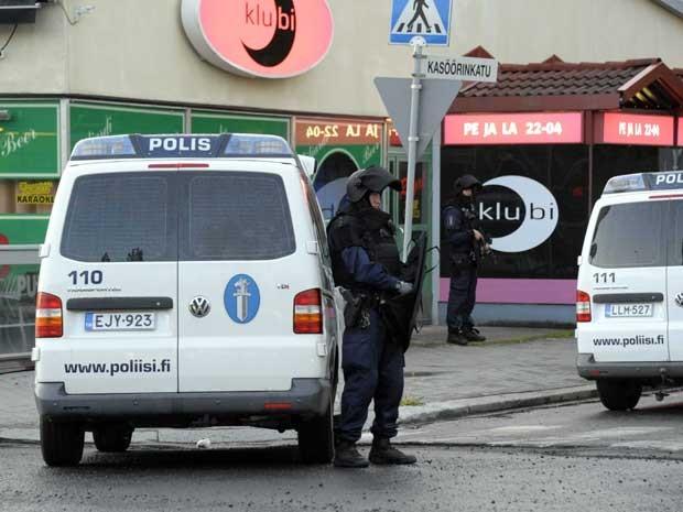 Policiais guardam área em Hyvinkaa, na Finlândia, onde um atirador matou uma pessoa e feriu outras oito. (Foto: Lehtikuva / Sari Gustafsson / AP Photo)