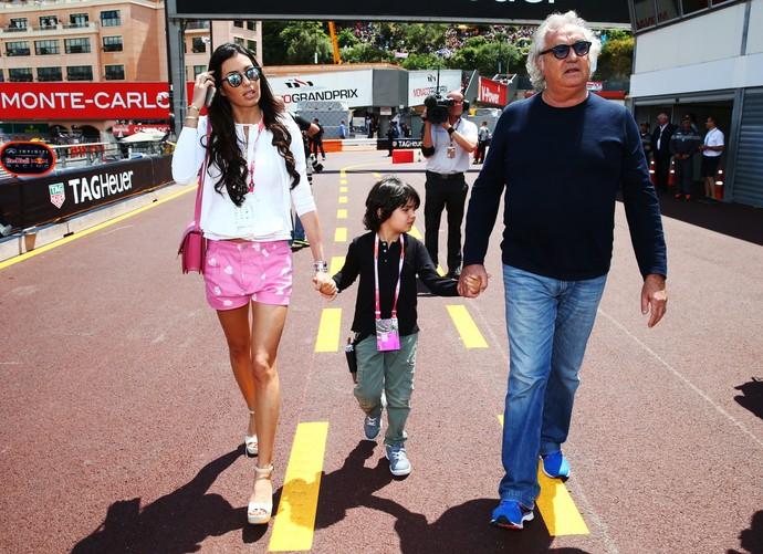 Flavio Briatore passeando pelo paddock do GP de Mônaco de 2015 com a esposa Elisabetta Gregoraci e o filho Falco (Foto: Getty Images)
