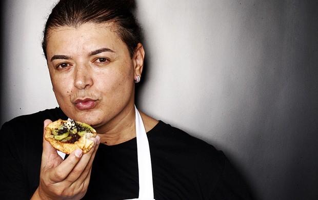 David Brazil prova da tortinha de kiwi que fez para a ceia de réveillon (Foto: Marcos Serra Lima/EGO)