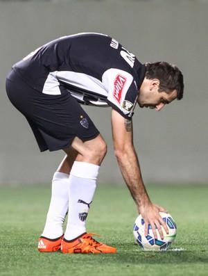 Lucas Pratto ajeita a bola para cobrar pênalti (Foto: Bruno Cantini/Flickr do Atlético-MG)