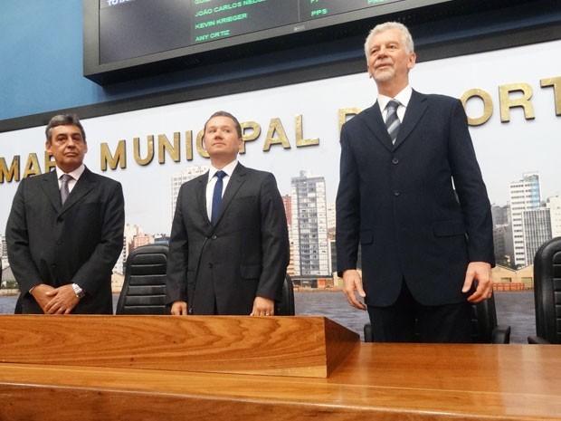 Vice-prefeito Sebastião Melo (E) e prefeito reeleito José Fortunati (D) são empossados na Câmara (Foto: Gabriel Cardoso/ G1)