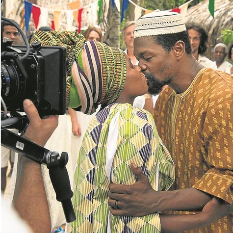 Tatiana Tibúrcio e Val Perré na cena do casamento de seus personagens em 'Sol nascente' (Foto: Globo/César Alves)