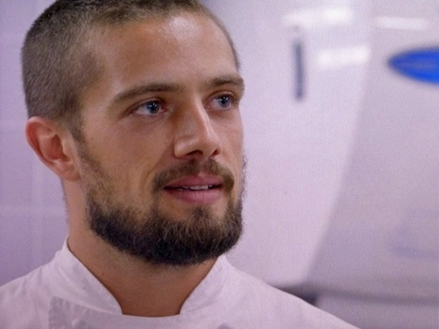 Vicente tenta se justificar para Enrico e diz que não roubou o seu lugar (Foto: TV Globo)