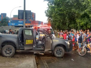 Carro da Força Nacional é atingido (Foto: Arquivo pessoal)