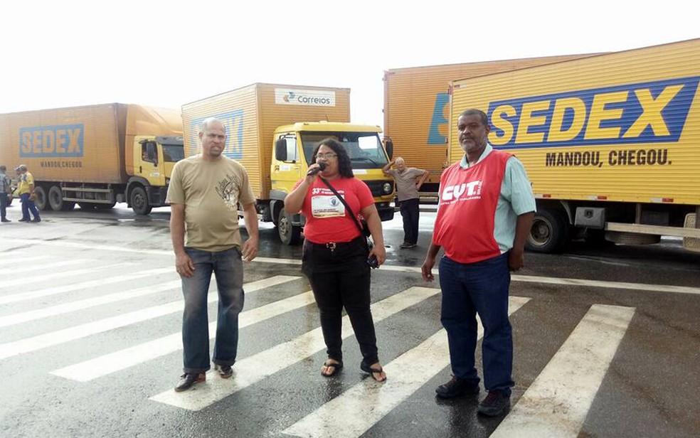 Caminhões foram impedidos de entrar e de saír de centro de operações dos Correios (Foto: Divulgação/Sincotelba)
