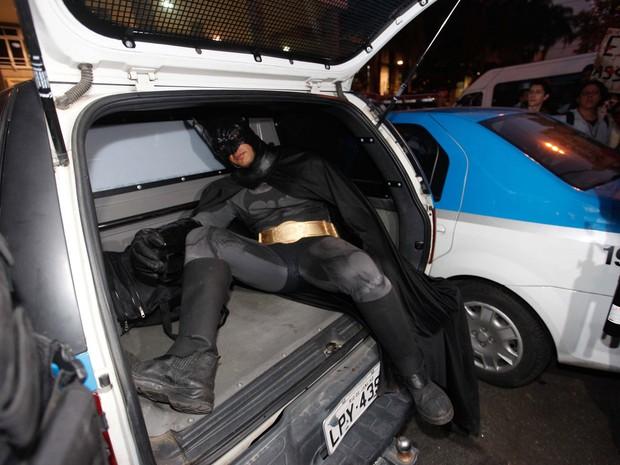 Manifestante vestido de Batman é detido no Centro do Rio. Eron Melo se negou a retirar a máscara e foi levado para delegacia. (Foto: Bruno Poppe/Frame/Folhapress)