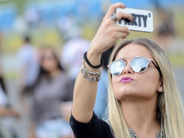 Garota confere biquinho em selfie no segundo dia do Lollapalooza (Foto: Flavio Moraes/G1)