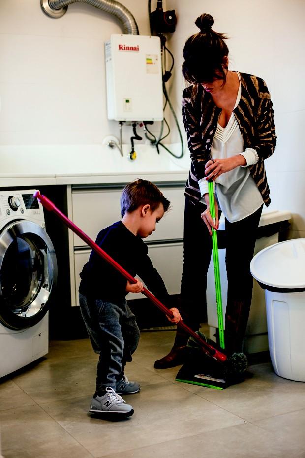 Matteo ajuda quando vê alguém varrendo a casa (Foto: Guilherme Zauith/Editora Globo)