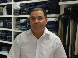 Vendedor José Carlos diz que vendas estão em baixa (Foto: Tássio Andrade/G1)