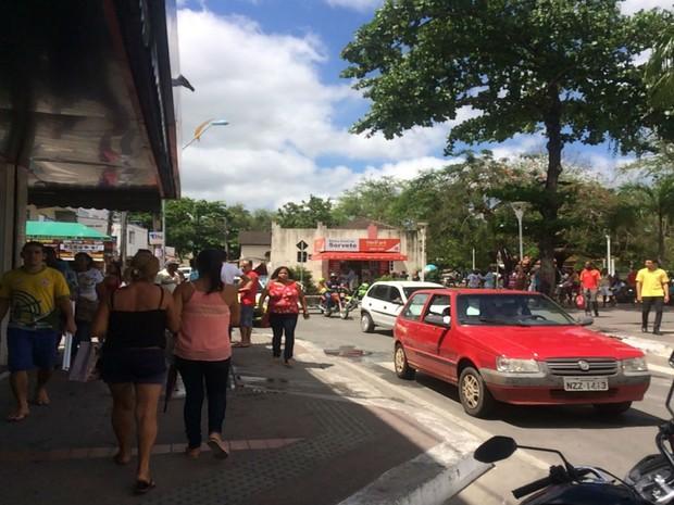 Populares caminham próximo a rua onde farmácia explodiu e nove pessoas morreram na Bahia (Foto: Juliana Almirante / G1 Bahia)