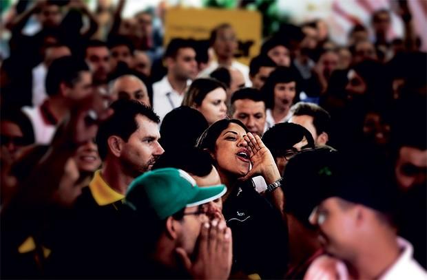 É GUERRA Mulher vaia Dilma em  São Paulo. Pesquisas do governo mostram que a popularidade  de Dilma se mantém  em queda (Foto: Jorge Araujo/Folhapress)