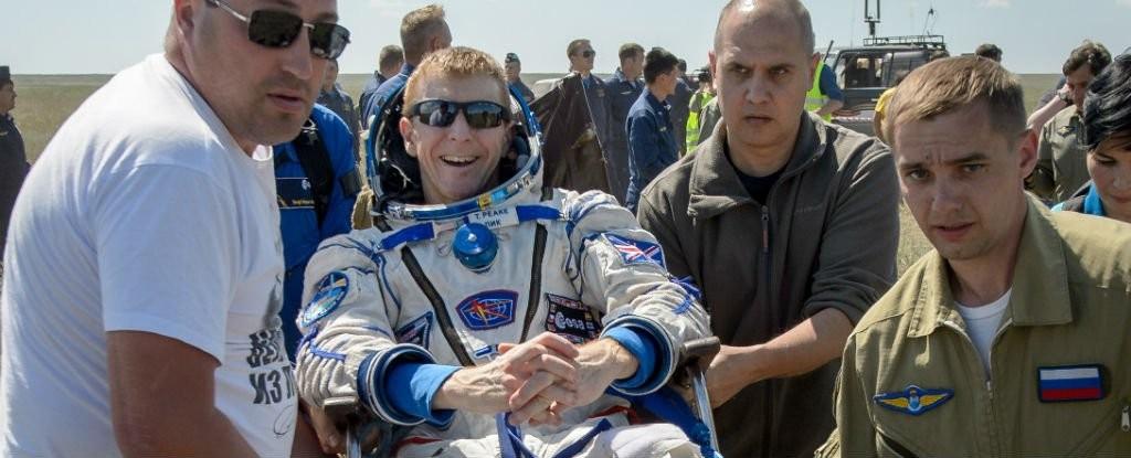 """""""Voltar à Terra é como ter a pior ressaca do mundo"""", diz astronauta"""