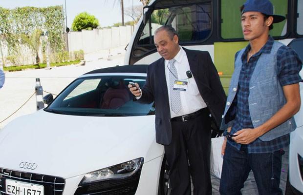 Neymar aguarda o momento de dirigir o Audi R8 GT Spyder (Foto: Divulgação)