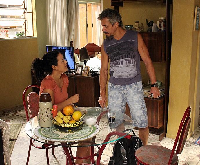 Com medo de perder Juca, Domingas assina a documentação da venda da casa (Foto: Gshow)