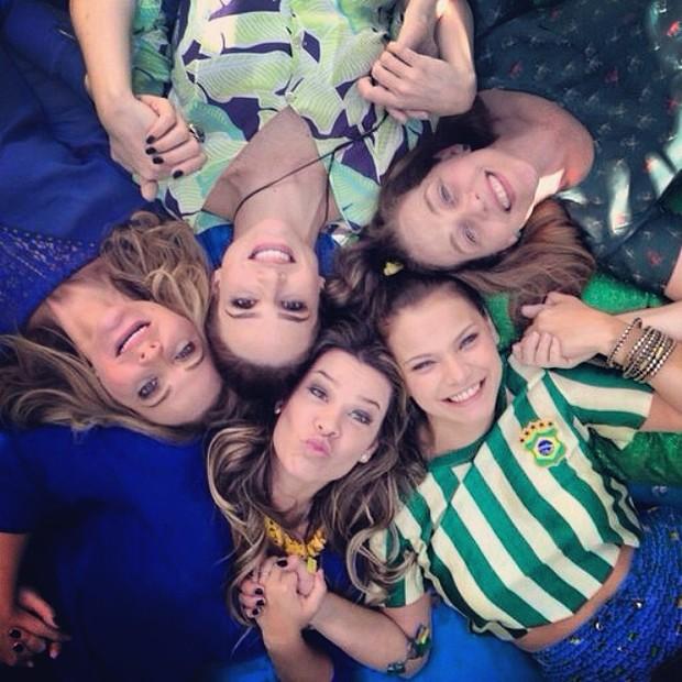 Milena Toscano posta foto com elenco de 'Malhação' (Foto: Reprodução/Instagram)