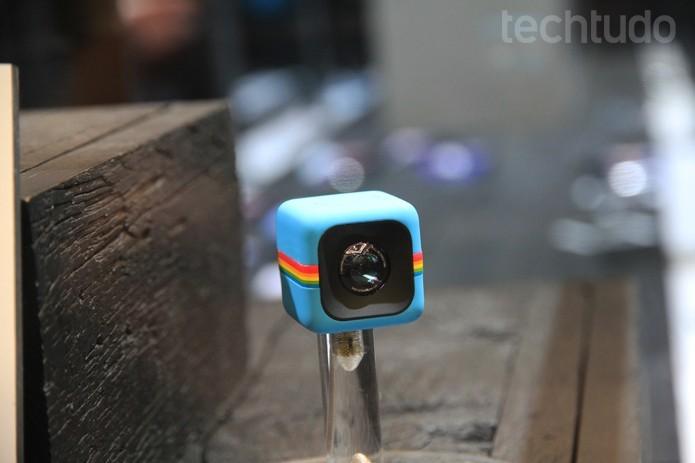 A discreta câmera Polaroid Cube pode servir na palma da mão (Foto: Fabrício Vitorino/Techtudo)