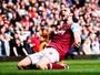 Em jogo de seis gols e hat-trick de Carroll, Arsenal e West Ham empatam