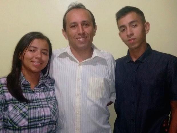 Pai e filhos foram aprovados na mesma universidade na Bahia (Foto: Arquivo pessoal)