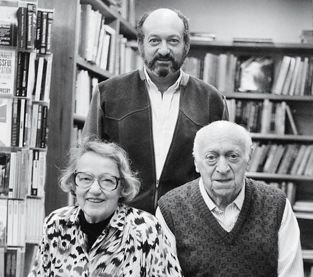 Pedro, ao lado dos pais, Eva e Kurt Herz, fundadores da Livraria Cultura, em 1990 (Foto: Divulgação)