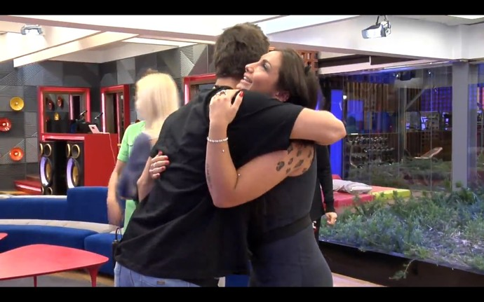 Elettra abraça Manoel no Gran Hermano (Foto: Tele Cinco)