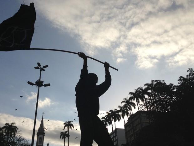 Black Bloc levanta bandeira do anarquismo no Rio de Janeiro (Foto: G1)