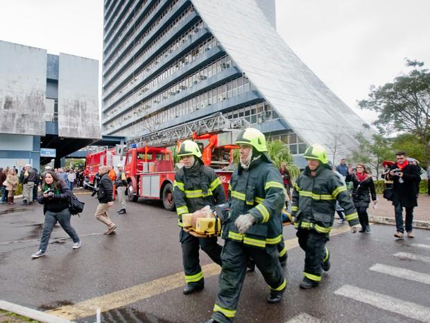 Bombeiros levam pessoa caracterizada como ferida no incêndio para atendimento (Foto: Alina Souza, Palácio Piratini/Divulgação)