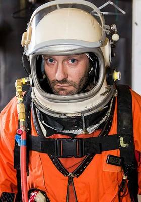 Cameron Smith vestindo seu traje espacial (Foto: Jev Olsen/Copenhagen Suborbitals/Divulgação)