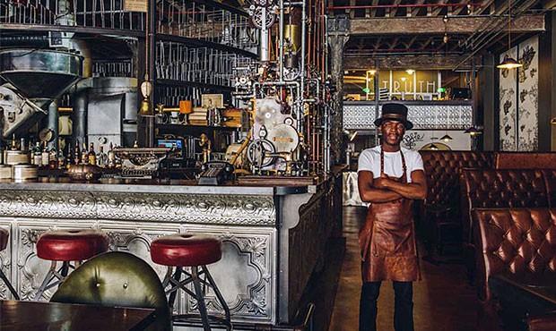 As máquinas de torrar e moer café ficam expostas no Truth Coffee (Foto: Divulgação)
