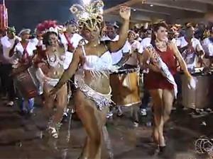 Desfile das escolas de samba no carnaval 2014 em Goiânia (Foto: Reprodução/TV Anhanguera)