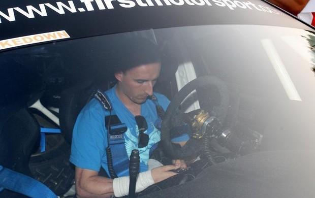 Robert Kubica aparece com braço enfaixado no rali Ronde Gomitolo di Lana, na Itália (Foto: Reprodução/Twitter)