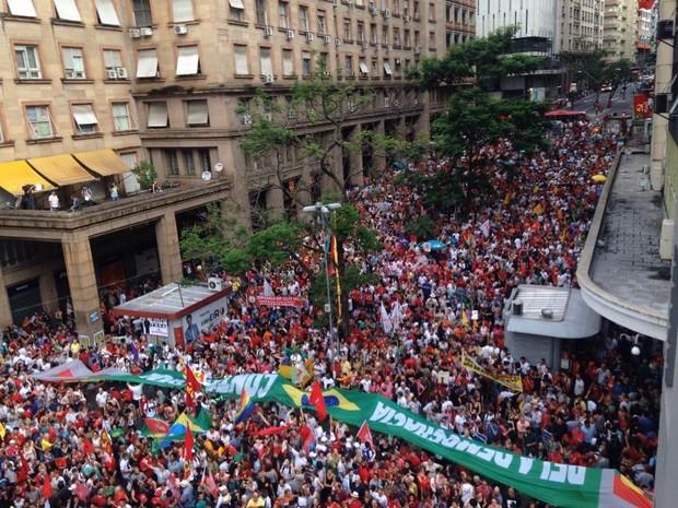 Borges de Medeiros fica tomada de manifestantes em favor do governo em Porto Alegre (Foto: Hygino Vasconcellos/G1)