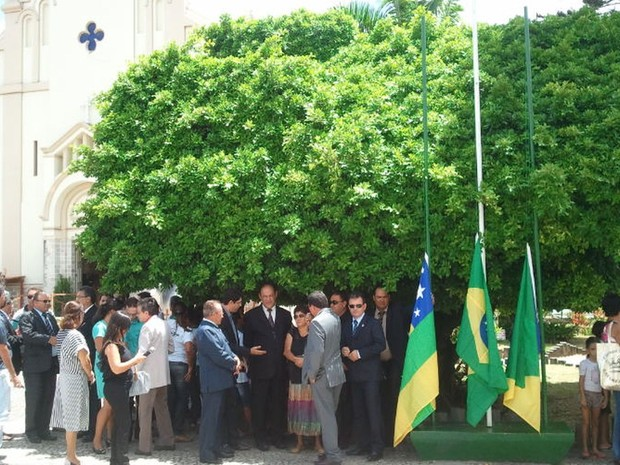 Moradores e autoridades de Simão Dias participam de ato em homenagem a Marcelo Déda (Foto: Flávio Antunes/G1)