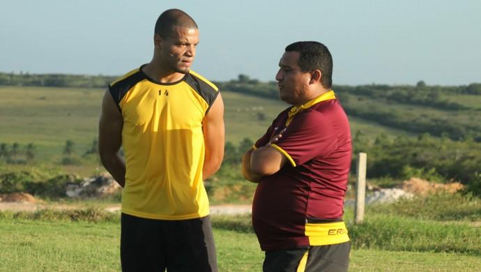 Higor César, treinador do Globo FC - zagueiro Anselmo (Foto: Canindé Pereira/Divulgação)