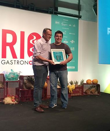 Rafa Costa e Silva, do Lasai, eleito o chef do ano, recebe o troféu do secretário municipal de Turismo do Rio de Janeiro, Antônio Pedro Viegas Figueira de Mello (Foto: Patricia Oyama/Editora Globo)