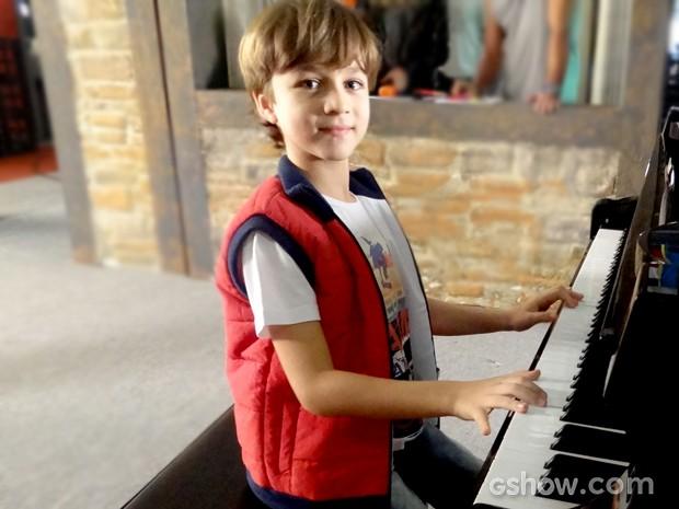 Vitor Figueiredo mostra talento em piano (Foto: Em Família / TV Globo)