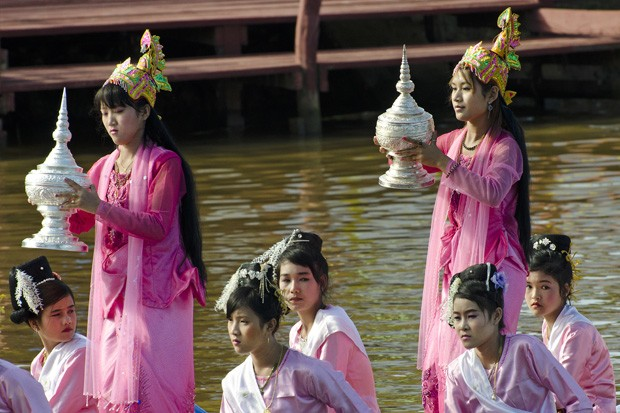 Após uma jornada pelo lago Inle, a Barca Real regressa à pagoda Phaung Daw Oo, em Thalay. Rituais de boas-vindas são realizados por mulheres que vestem roupas tradicionais (Foto: Haroldo Castro/ÉPOCA)