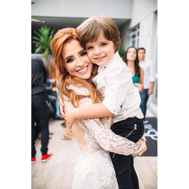 Clara Aguilar e o filho (Foto: Reprodução/Instagram)