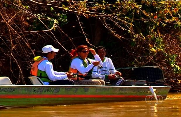 Turistas participam de projetos para preservação dos peixes da região (Foto: Reprodução/TV Anhanguera)