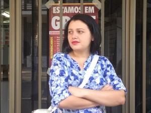 Manicure, Patrícia Teixeira aguarda o INSS liberar a licença maternidade em Goiás (Foto: Vanessa Martins/ G1)