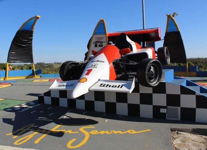 Espaço possui réplica de carro de corrida utilizado por Ayrton Senna (Foto: AI Cidade da Criança / Divulgação)