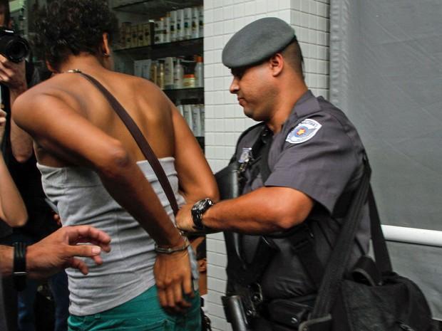 Jovem é detida por PM durante protesto na Rua Lacerda Franco, em Pinheiros, nesta quinta-feira (3) (Foto: Marivaldo Oliveira/Futura Press/Estadão Conteúdo)