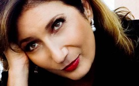 Zizi Possi canta tema de Marcos e Dora e declara: 'Eu torço para eles serem felizes'