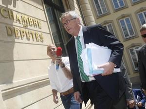 O premiê de Luxemburgo, Jean-Claude Juncker, chega nesta quarta-feira (10) ao prédio do Parlamento. (Foto: Reuters)